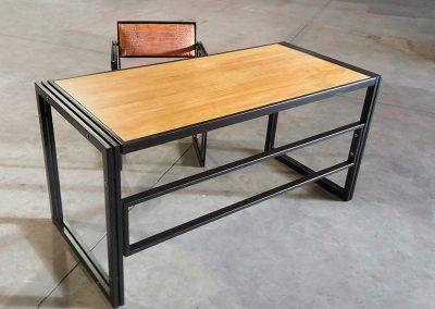 Conjunto de escritorio y silla a juego.