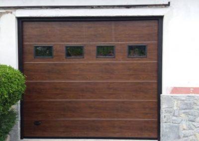 Portón seccional con ventanas